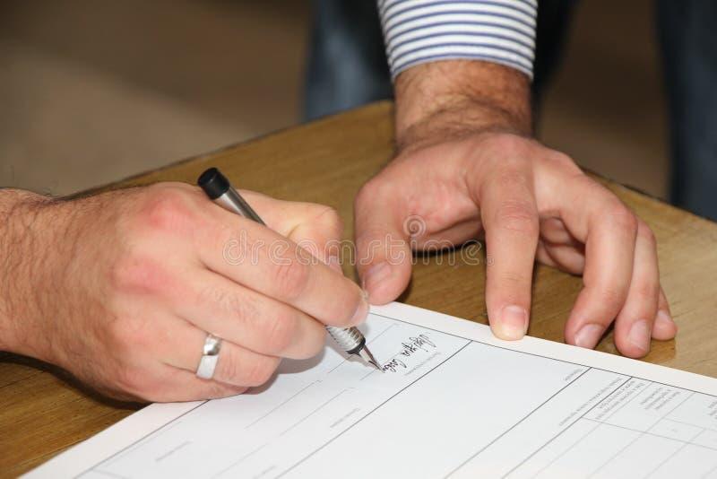 O noivo é assinado fotos de stock royalty free