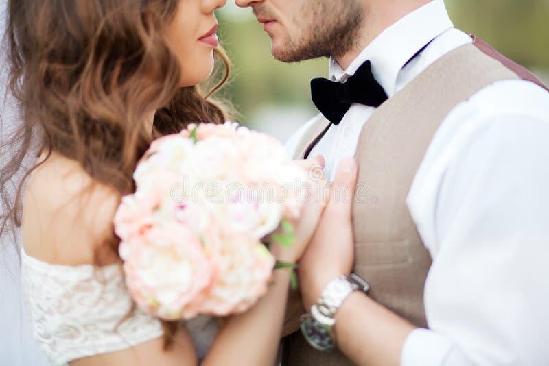 O noivo abraça a noiva foto de stock