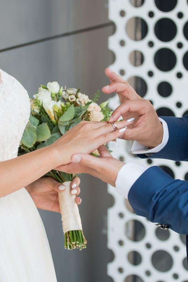 O noivo coloca o anel no bride& x27; mão de s Close up da foto imagens de stock