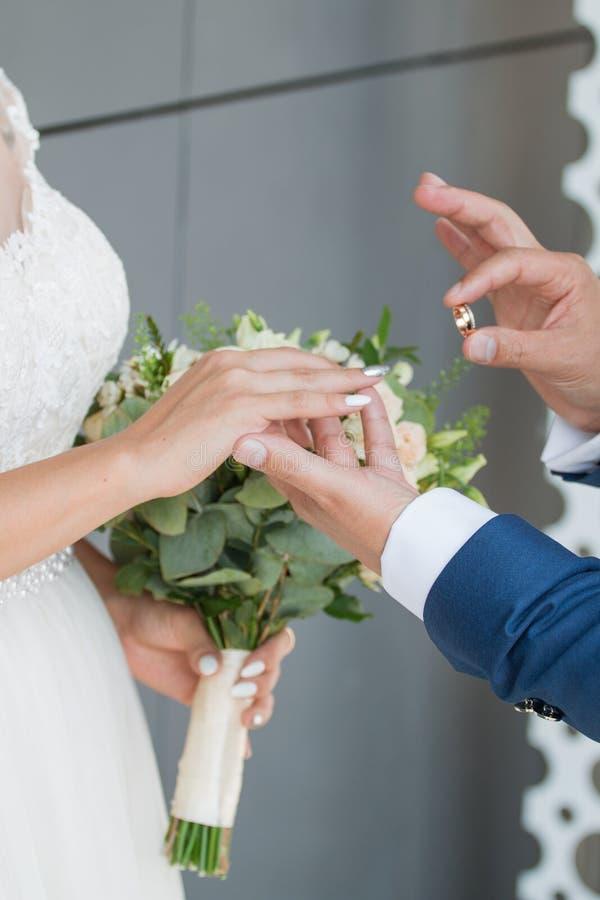 O noivo coloca o anel no bride& x27; mão de s Close up da foto fotos de stock