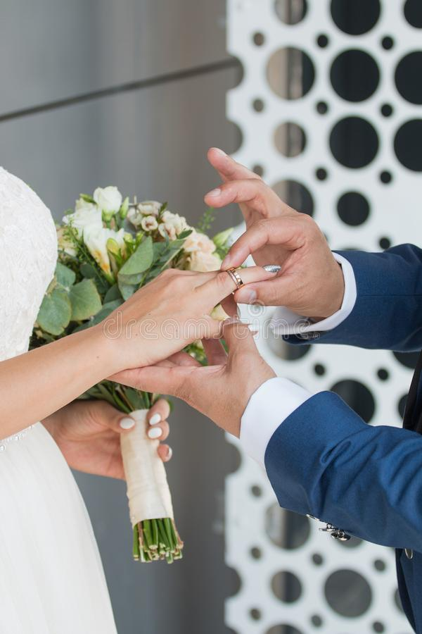 O noivo coloca o anel no bride& x27; mão de s Close up da foto foto de stock