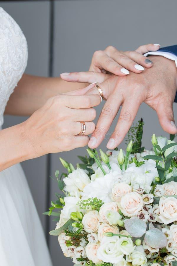 O noivo coloca o anel no bride& x27; mão de s Close up da foto imagem de stock