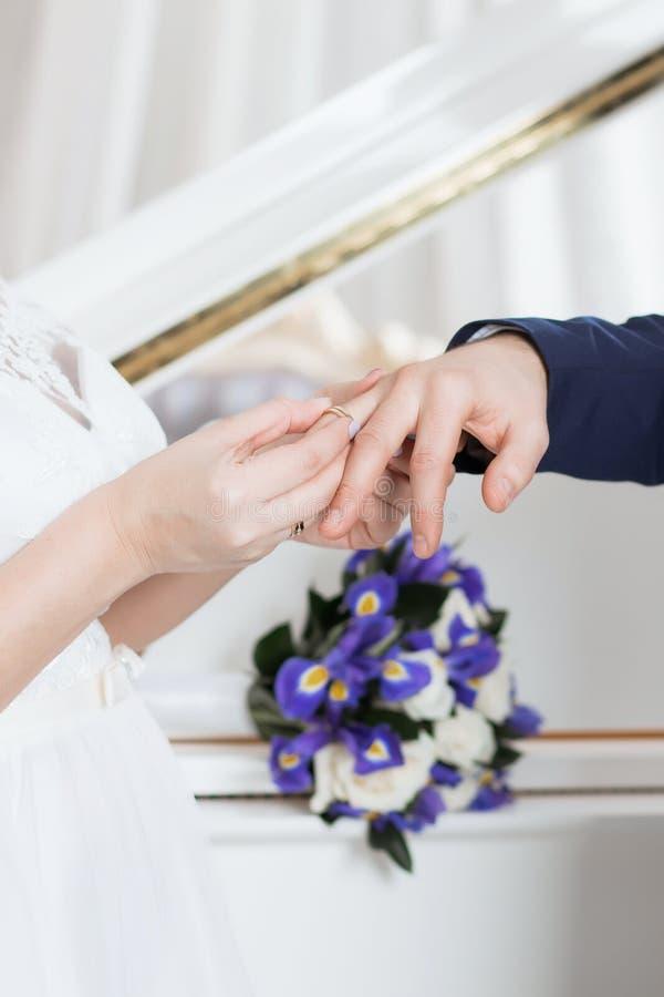 O noivo coloca o anel no bride& x27; mão de s Close up da foto foto de stock royalty free