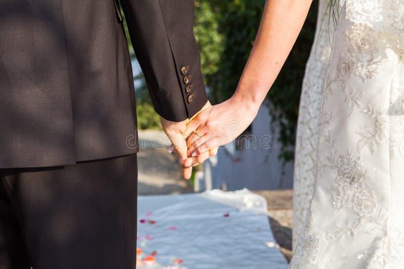 O noivo guarda a noiva pela mão foto de stock royalty free