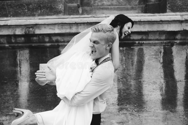 Download O Noivo Leva A Noiva Em Seus Braços Imagem de Stock - Imagem de união, europa: 65577075