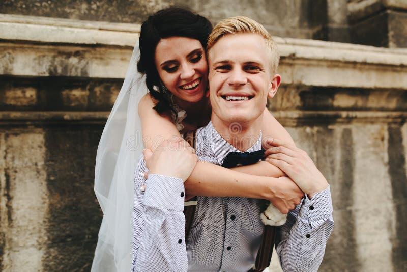 Download O Noivo Leva A Noiva No Seu Para Trás Foto de Stock - Imagem de mãos, relações: 65577078