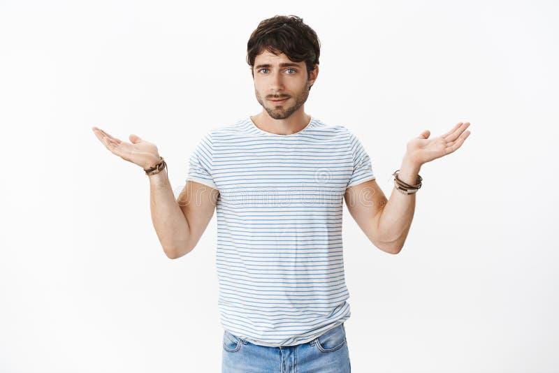 O noivo que faz a encolho de ombros do ombro durante o argumento não pode obter a propagação do indício levantou as mãos que olha fotos de stock