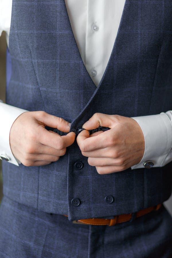 O noivo veste botão de punho para a camisa foto de stock royalty free