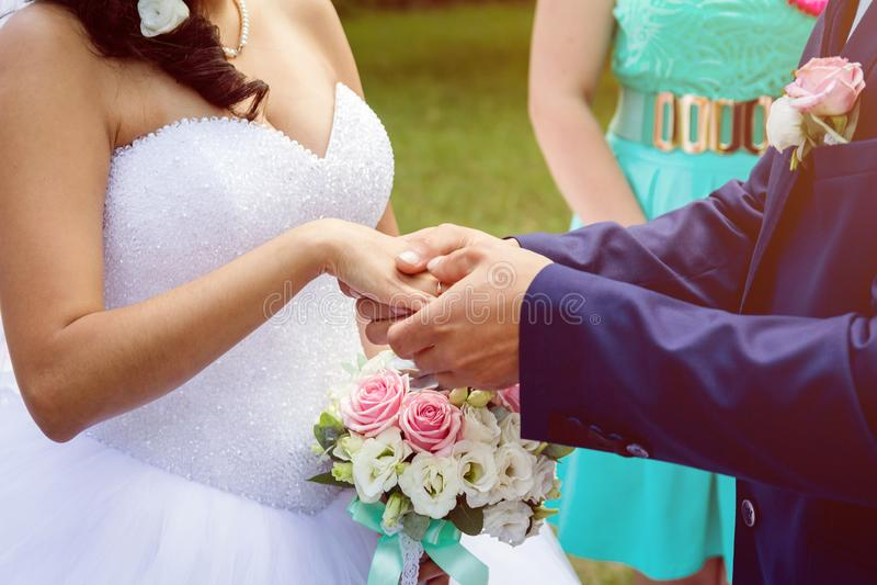 O noivo veste um anel no ` s da noiva fotos de stock