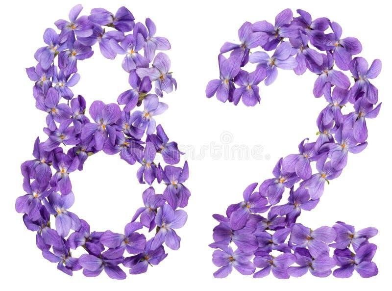 O numeral árabe 82, oitenta e dois, das flores da viola, isolou o fotos de stock royalty free