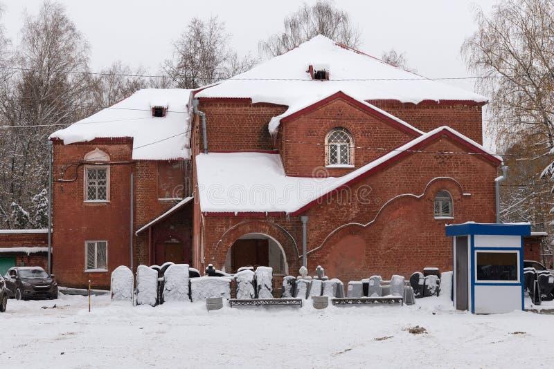 O oа administrativo velho da construção o cemitério vermelho de Bugrovsky no inverno fotos de stock royalty free