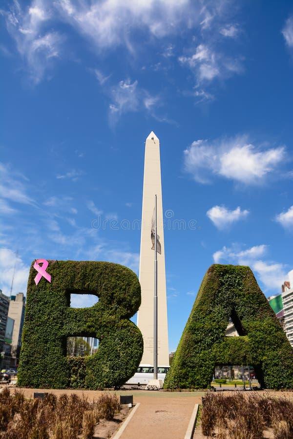 O obelisco e os VAGABUNDOS text com a conversão em Buenos Aires imagens de stock royalty free