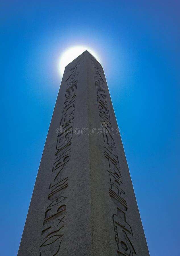 O obelisco inscrito no quadrado de Sultanahmet imagens de stock royalty free