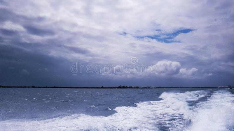 O Oceano Atlântico durante um dia nebuloso e tormentoso imagens de stock royalty free