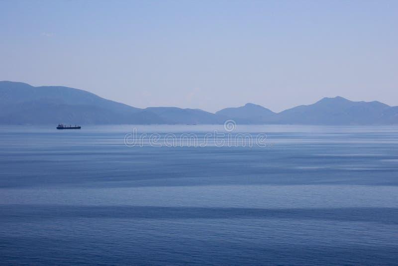 O oceano azul na ilha de Kos fotografia de stock royalty free