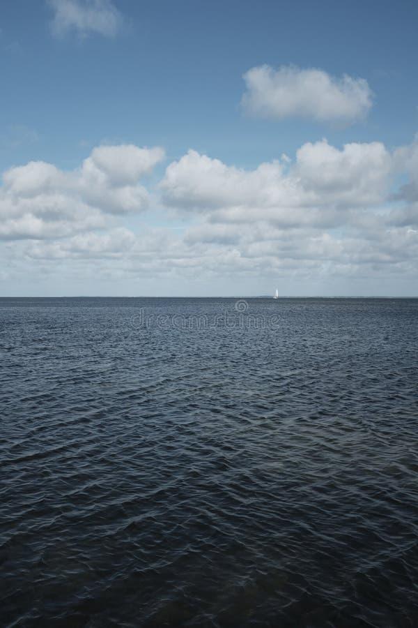 O oceano bonito com surpresa do céu nebuloso fotos de stock