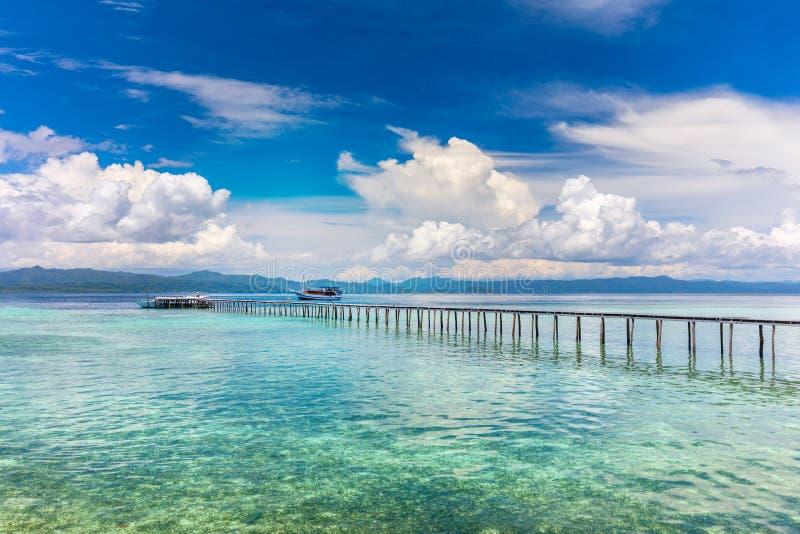 O oceano e as ilhas tropicais de Paradise ajardinam, seascape fotografia de stock royalty free