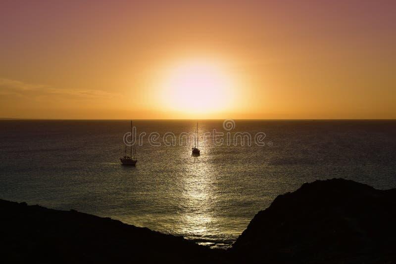 O oceano no crepúsculo em Lanzarote, Ilhas Canárias, Espanha imagens de stock royalty free