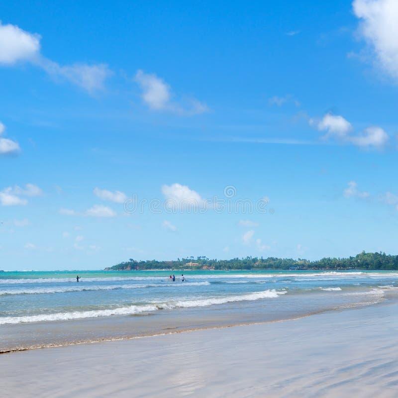 O oceano, praia, acena para lições surfando foto de stock royalty free