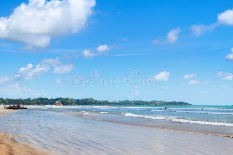 O oceano, Sandy Beach, acena para lições surfando imagens de stock