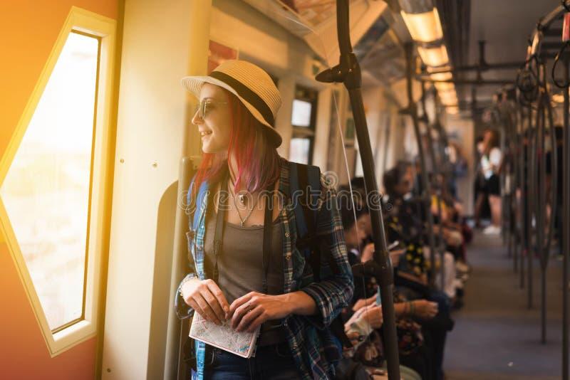 O ocidental da mulher escreve admira a vista da janela do ` s do trem foto de stock royalty free