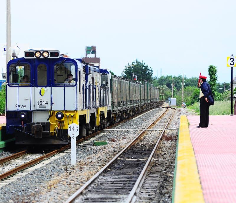O oficial do dever da estação encontra o trem de mercadorias. fotografia de stock royalty free