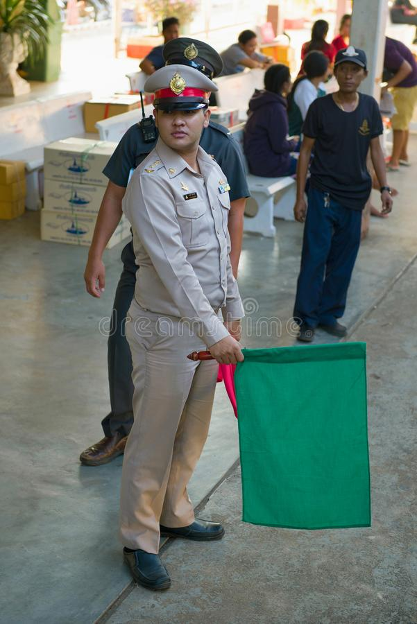O oficial do dever na estação de trem dá o comando partir o trem tailândia imagens de stock royalty free