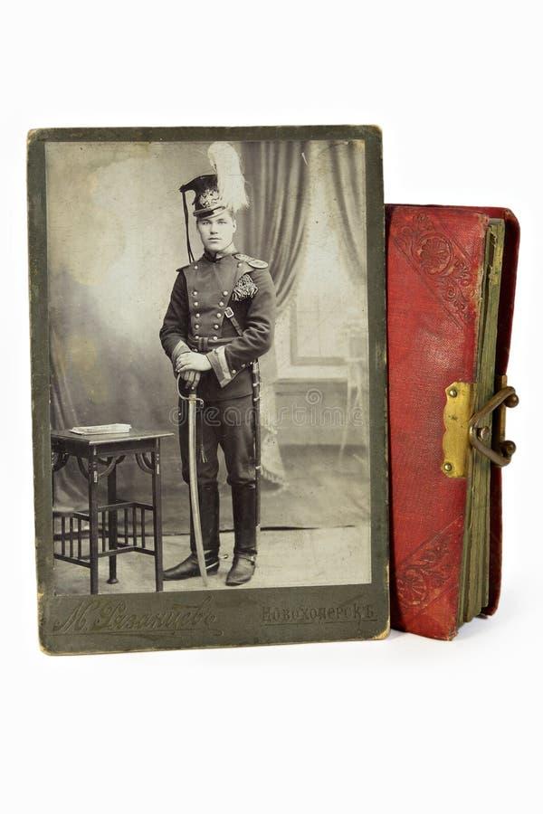 O oficial galhardo em uma foto antiga imagens de stock royalty free