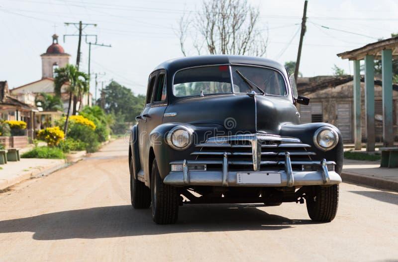 O Oldtimer preto americano do campo de HDR Cuba conduz na estrada fotos de stock royalty free