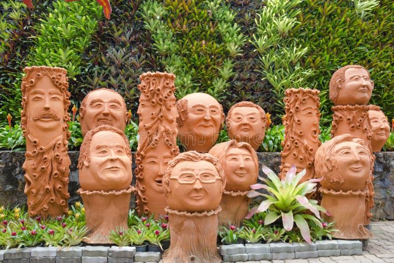 O olhar estranho da escultura da jardineira como o rosto humano no jardim tropical de Nong Nooch em Pattaya, Tailândia foto de stock royalty free
