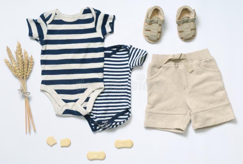 O olhar na moda da forma da vista superior do bebê veste-se foto de stock