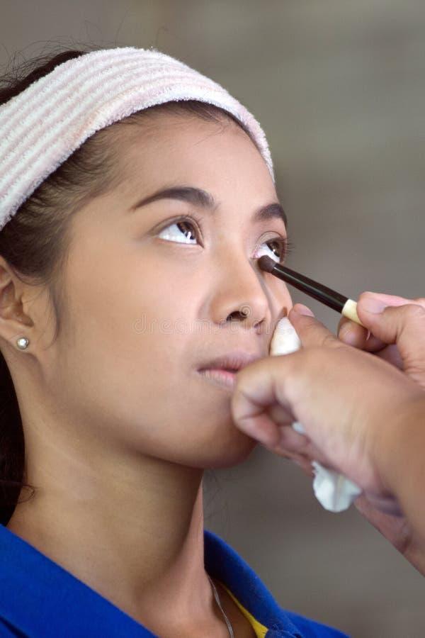 O olho asiático bonito da mulher compõe para aplicar-se foto de stock
