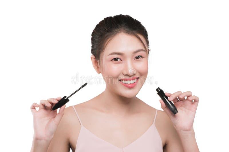 O olho compõe para aplicar-se Escova do rímel Retrato do asiático bonito w fotografia de stock