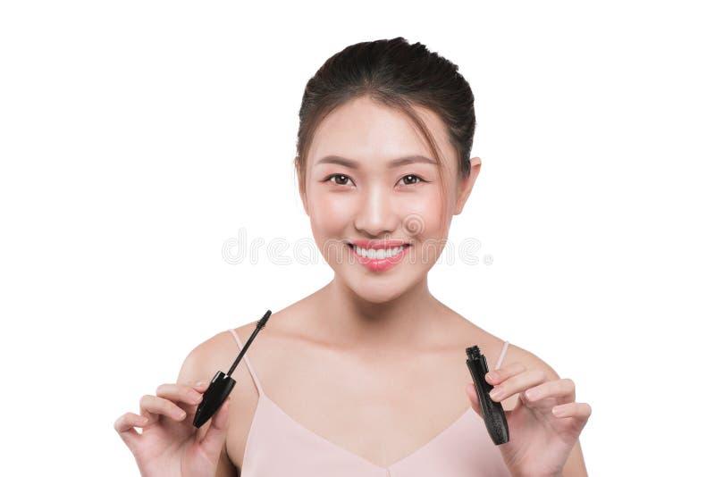 O olho compõe para aplicar-se Escova do rímel Retrato do asiático bonito w foto de stock royalty free