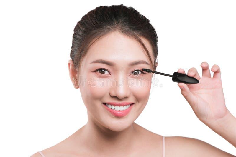 O olho compõe para aplicar-se Escova do rímel Retrato do asiático bonito w fotos de stock