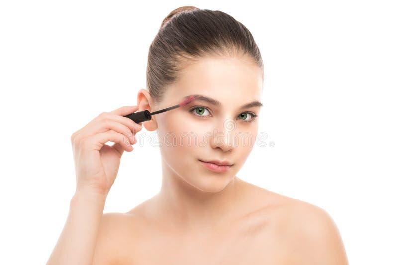 O olho compõe para aplicar-se Rímel que aplica o close up, chicotes longos Escova da composição Isolado fotos de stock