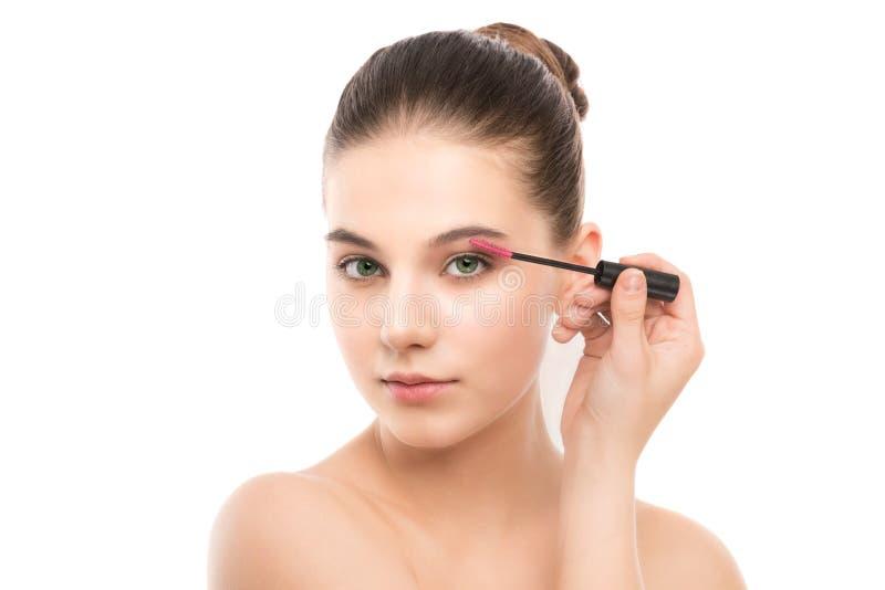 O olho compõe para aplicar-se Rímel que aplica o close up, chicotes longos Escova da composição Isolado fotografia de stock royalty free