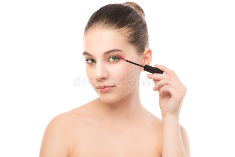 O olho compõe para aplicar-se Rímel que aplica o close up, chicotes longos Escova da composição Isolado fotos de stock royalty free