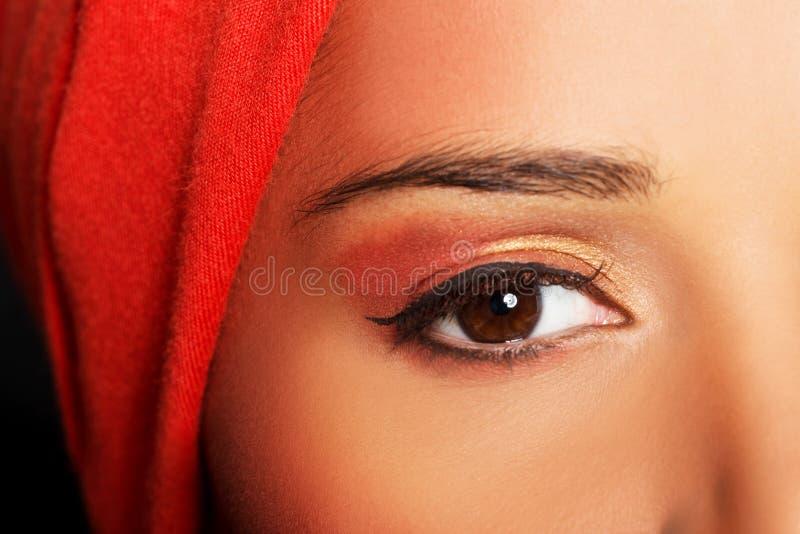 O olho da mulher atrativa. Mulher no turbante. Close up. imagem de stock