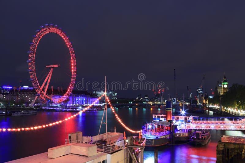 O olho de Londres é o Ferris o mais alto roda dentro Europa, Big Ben e abadia de Westminster em Londres, Reino Unido fotografia de stock