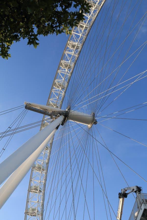 O olho de Londres em um céu azul fotografia de stock royalty free