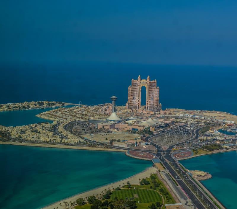 O olho do pássaro e opinião aérea do zangão da cidade de Abu Dhabi da plataforma de observação imagens de stock
