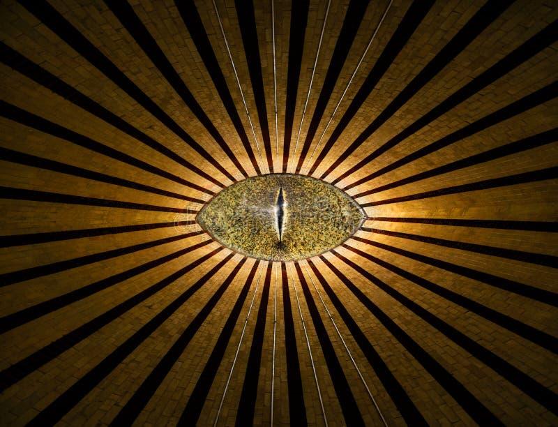 O olho anônimo devista dourado com linhas e as luzes abstraem o fundo da religião fotografia de stock royalty free