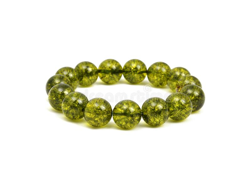 O Olivine verde ou o bracelete de pedra afortunado de Peridote do verde perlam fotografia de stock royalty free