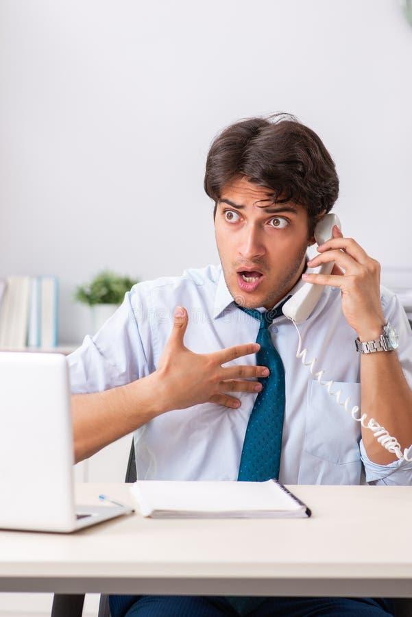 O operador de centro de atendimento novo que fala no telefone fotografia de stock royalty free