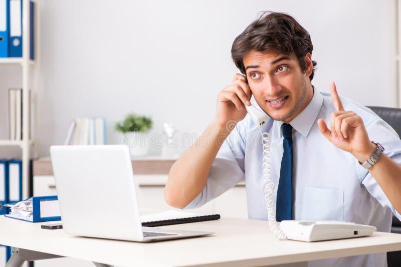 O operador de centro de atendimento novo que fala no telefone imagens de stock royalty free