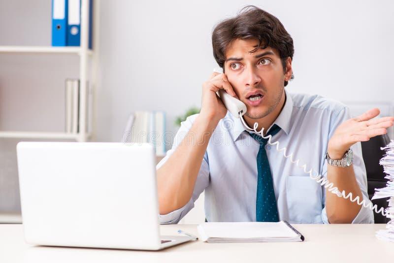 O operador de centro de atendimento novo que fala no telefone imagem de stock