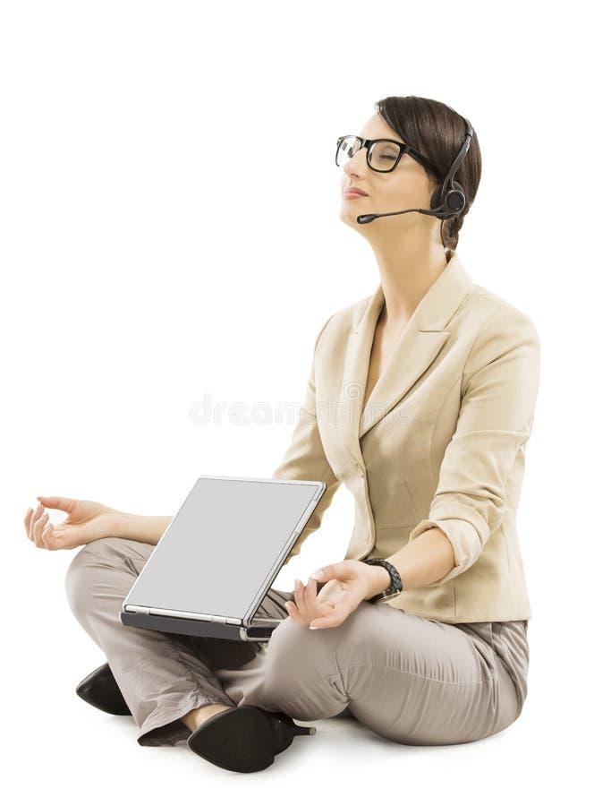 O operador do apoio relaxa com auriculares do caderno, iso da mulher de negócio imagem de stock