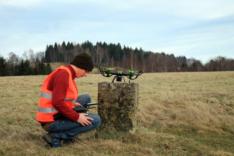 O operador do zangão está testando o equipamento novo fotografia de stock