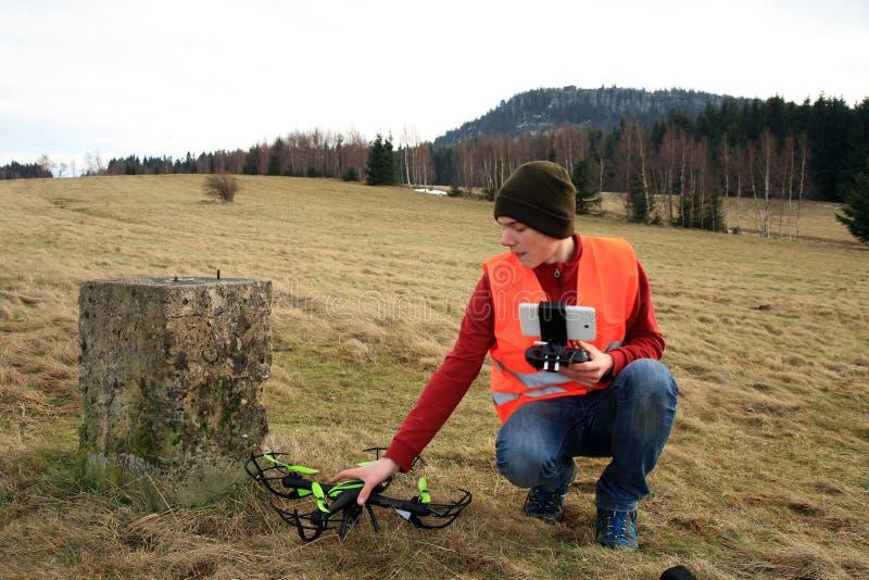 O operador do zangão está testando o equipamento novo foto de stock